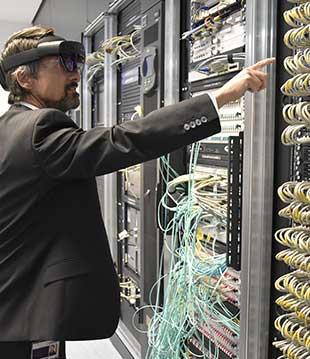 Le CFO du groupe Berner avec les lunettes de réalité mixte