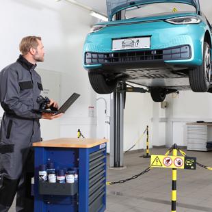 un mécanicien utilise les produits Berner pour réparer un véhicule électrique.
