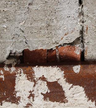 Un mur en brique qui doit être réparé.